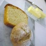 シンジコガ - パンは2種類:メカブ入りのライ麦パンと鮑の肝を練り込んだもの バターは無塩とフルール・ド・セルを乗せたもの