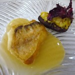 シンジコガ - 甘鯛のポワレ、甲殻類ソースはと原木椎茸の上には平貝の肝と紐が乗せてあります