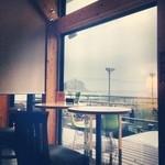 オアシスブルーカフェ - フットサルコートと海が見渡せます。青春♪( ´▽`)