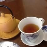 紅茶カフェ マルディマルディ - ドリンク写真:紅茶(450円)は南部鉄の急須で