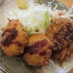 丸幸洋食店 - コロッケにソースをかけていただきま~す!