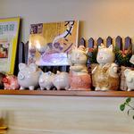キッチン中 - 豚の置物・貯金箱が飾ってあります