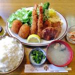 キッチン中 - デラックスセット(エビフライ・ヒレカツ・コロッケ)& ライス(大盛り)・汁