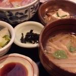 漁楽洞 - ちらし丼には小鉢や味噌汁も付いてきます