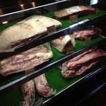 埼玉武州牛 焼肉マックス - 店の入口で美味しそうなお肉がお出迎え