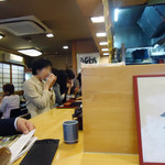 稲にわうどん 割烹 日本橋 古都里 - 厨房を囲むL字カウンター。
