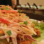 タイ料理 ブアールアン - 鶏の揚げレモングラス風味 1050円