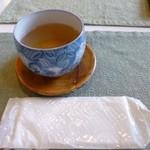 つぶら - ドリンク写真:2013.05 まず最初にお手拭とお茶が出てきました。