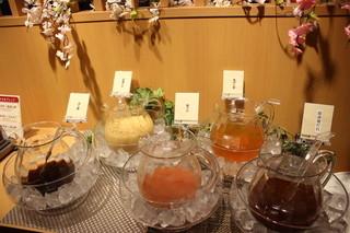 しゃぶ葉 - しゃぶ葉自慢の『たれバー』! 5種類のたれをご用意しております。お好きなたれにお好きな薬味を入れて召し上がれ!