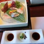潮騒の宿 晴海 - お造りのお醤油は、九州の甘いのと関東風の濃口と2種類