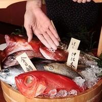 全国各地の旬の鮮魚をお客様のお好みにあわせて調理いたします。