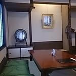 あつた蓬莱軒 - 内装。古く狭いお座敷だが、丁度品はりっぱ