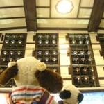 幸寿司 - 駅の天井の壁に、ランプがいっぱい並んでるでしょ~小樽は硝子細工で有名なんだよ。ランプに灯りがともっていてきれいだね~