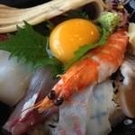 サンライズ食堂 - 海鮮丼の具は海老、鯛、いか、ホタテ、鮪、おっきな穴子などなど。出汁茶で最後にお茶漬けにもできます。