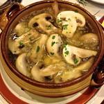 カサ・ベリヤ - マッシュルームのオリーブ油焼き(¥840)油がグツグツと煮立ったままテーブルに運ばれてきます。2 de mayo de 2013