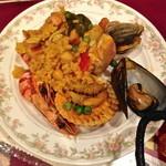 カサ・ベリヤ - スペイン釜飯(パエージャ)(¥3570)お店の方から綺麗にお皿に取り分けて頂けます。2 de mayo de 2013