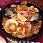 カサ・ベリヤ - スペイン釜飯(パエージャ)来た時点で記念撮影。このあとお店の方から取り分けて頂けます。(¥3570)2 de mayo de 2013