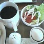 サンエトワール - Mサイズのホットコーヒー、サラダ、ゆで卵です。
