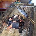 仁世宇園 - 炭火で焼かれるヤマベ