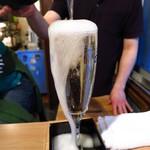 ビストロろっくうえる - 名物のこぼれスパークリングワイン700円
