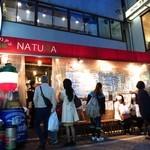 イタリアン酒場「ナチュラ」 - 19時前という時間にも関わらず店の前にいつも通りの行列が出来始めている。