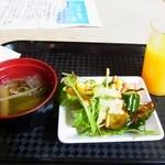 港 - とってきたスープ、サラダ、ジュース