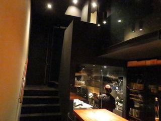 カモシヤ クスモト - 黒にまとめられたバーの趣、シックな大人の空間1