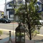 あおい食堂 - 店内から淡島通りが見えます