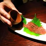おと - 村上鮭の酒浸し(720円) 提供直前に日本酒がかけられる。