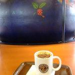 カフェ・ベローチェ - カフェモカ:260円 地球儀が真ん中にあるんですね♪