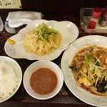 新華苑 - 料理写真:本日の日替わり、野菜炒めとつけ麺とご飯。
