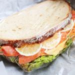 こはく。 - 料理写真:スモークサーモンの野菜たっぷりサンド (390円) '13 3月下旬