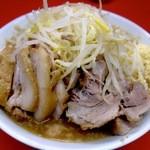 ラーメン二郎 - ぶた入りラーメン@2013/04。綺麗な盛り付けに心トキメクも、醤油感弱めでオイリーなスープに手こずる。豚の味付けもモノ足りない!?