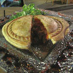 Manly - マンリーの名物であるオーストラリアンスタイルのミートパイ。漢(マンリー)なボリュームとデミグラ系のお味♪