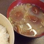 仁世宇園 - 味噌汁とご飯;具はぼりぼり(ナラタケ)と落葉茸(ハナイグチ):前秋収穫の冷凍保存だそうです  @2013/05/15