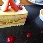 18980024 - ライブラリーカフェのケーキセット 1000円(税込) 5種類のケーキから選択(写真はイチゴとピスタチオのケーキ)