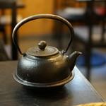 松翁 - 蕎麦湯の入った鉄瓶