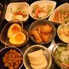 傘 - 料理写真:きゃさ名物、日替わり100円小鉢。種類もたくさん。