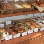 やさしい風 - 1ッしかない棚にハード素材の惣菜パンが・・・