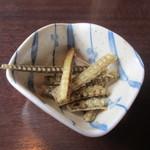 竹林亭 - 注文すると先ずはうなぎの骨せんべいが届きました、料理が来るまでこれをポリポリ・・・