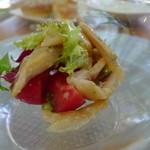 タブリエ - 軽くスモークした鮎とフルーツトマトのサラダ