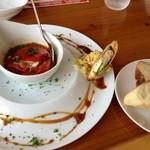 シェ ノーマ - トマトフォルシとは、トマトの中に挽肉を詰めて焼いたお料理。