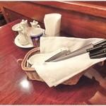 チャイナRai 中国料理 - 珍しく卓上の様子。全体的に清潔感のある店内でした。