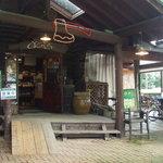 丸太小屋レストラン  びんずる - 入口です。かわいいワンコがお待ちしています。