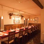 ダルセーニョ - 西側の二階客席。 写真はパーティー用に特別にレイアウトされた客席。大人数のパーティーにもご利用いただけます。