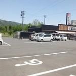 丸亀製麺 - 駐車場は広い、