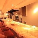 函館開陽亭別邸大三坂 - 落ち着けるカウンター席は漁火をモチーフにした特注。