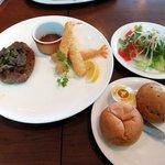 デルフィーノ - 和風ハンバーグとエビフライ(850円)とチョイスセットのミニサラダとパン(2品280円)