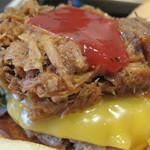 ワッツカフェ - ハンバーグとチーズの上に BBQ味ソースをかけたプルドポーク(pulled pork)がのってます。 贅沢バーガーですね♪