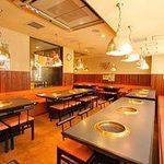 焼肉 平和 - 2階のテーブル席は最大55名まで収容可能です。ご家族でご利用下さい!